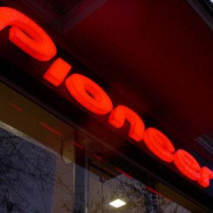Pioneer, светещи обемни букви от плексиглас