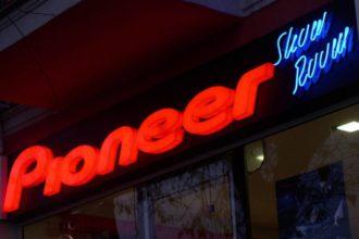 Светещи букви Pioneer от плексиглас за магазин в Пловдив