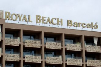 Royal Beach Barcelo - много големи обемни букви
