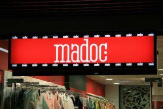 Ефектна светеща реклама за магазин Madoc