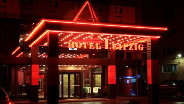 референция от хотел Лайпциг за външна, печатна реклама за обемни букви