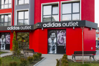Вградени букви от плексиглас Adidas Outlet