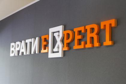 Релефни обемни букви от плексиглас Врати Expert