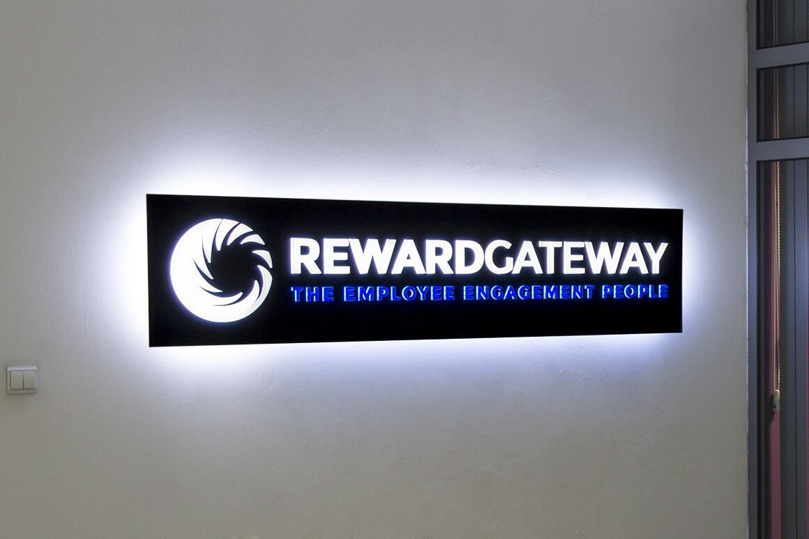 Вградени обемни букви в табела от бонд Rewardgateway