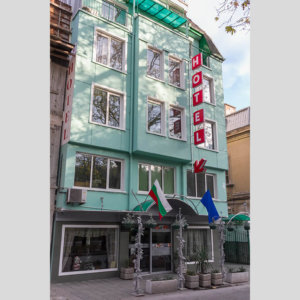 Табели и мигаща стрелка за хотел Новиз, Пловдив
