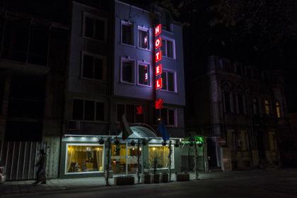 Светещи плексигласови табели HOTEL и стрелка, Noviz хотел