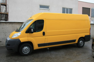 Смяна на цвета на бус с жълто фолио за DHL България