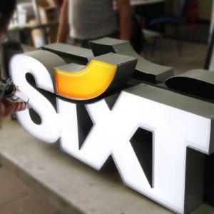Изработка на Двустранно светеща табела от еталбонд с обемни букви Sixt