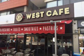 Светещи букви West cafe върху основа с дървесно фолио 3M DI-NOC