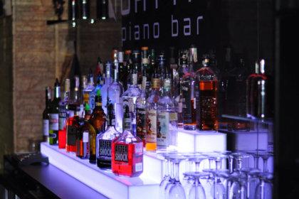 Светещ стелаж за бутилки, Пиано бар Quattro в Пловдив
