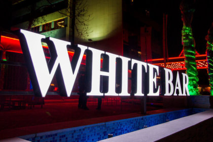 Обемни букви с ефект Ден и Нощ за White Bar