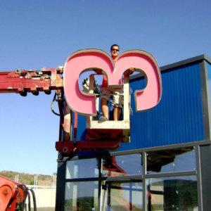 Качване на обемни букви на завода в гр. Каспичан за горещо поцинковане