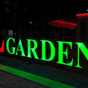 Елегантна светеща реклама на входа на Leipzig Garden