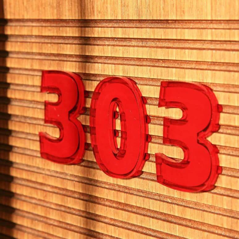 Букви за врати на хотел с номер 303