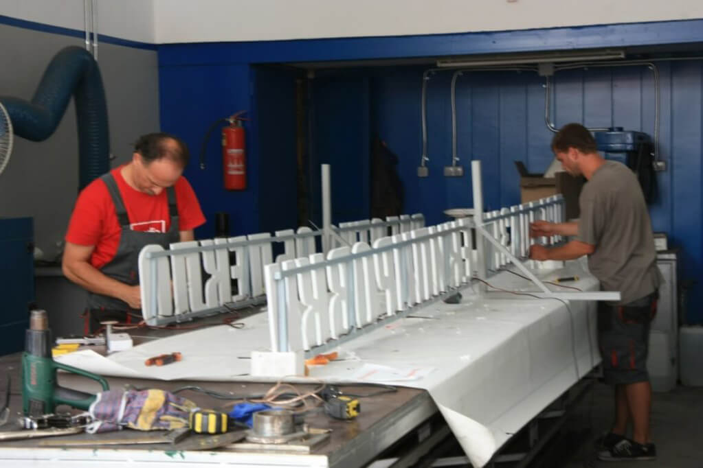 Plexiglass letters - Manufacturing process by Media Design